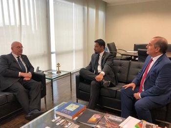Senador discute com ministro - Rodrigo Cunha discute com ministro medidas para estimular jovens na escola